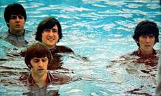"""Help! 1965 No ano seguinte, mais um filme e um disco: """"Help!"""" Novamente com direção de Lester, mostrava os Beatles em aventuras ao redor do mundo."""