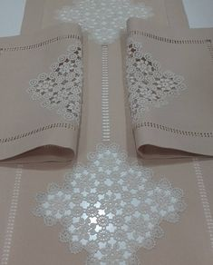 This Pin was discovered by imr Crochet Curtains, Crochet Cushions, Crochet Art, Bargello, Lace Patterns, Table Linens, Home Textile, Doilies, Machine Embroidery