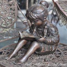Sculpture petite fille et livre