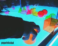 Hoy voy a enseñarte un montón de ideas y materiales que usamos en casa para aprender, jugar y experimentar con la mesa de luz.   ... Reggio Emilia, Light Table, Ideas Para, Education, Facebook, Instagram, School, Log Projects, Mesas De Luz
