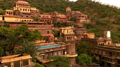 Neemrana Fort Palace is a luxury property in Rajasthan. The post has some tips and pointers so that you can enjoy this property without drilling…