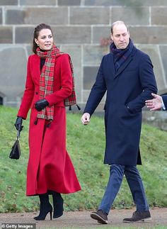 Duchess Kate, Duke And Duchess, Duchess Of Cambridge, British Royal Families, Tartan Scarf, Black Leather Gloves, Kate Middleton Style, Blue Coats, Prince William And Kate