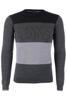 Een wollen trui van het merk Armani Jeans in een drie kleurenvariatie: zwart/antraciet /grijs. In het antraciet deel is in het zwart Armani Jeans bedrukt. Deze trui is een SLIM model, hierdoor valt het 1 maat kleiner uit.
