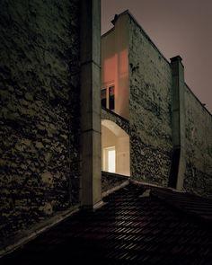 Vue des toits, la ville de Paris sublimée par une lumière intime et nocturne