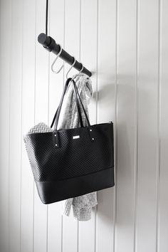 Wall Swing fra LindDNA. En smuk løsning til den lille entre eller garderobe. Designet af LindDNA er minimalistisk og stilrent og kan bruges med både kroge og bøjler som du ønsker. Wall Swing er fremstillet i sort eg og genbrugslæder. Den er produceret i Danmark ned til dem mindste detalje. Leveres med en simple ophængs mekanisme som sørger for at Wall Swing kan justeres i den ønsket længde. Monteres i væg og loft og kan justeres til ønsket højde. Materiale: Eg og genbrugslæder Mål: 50 c...