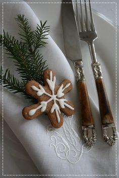 <3  marvelous cutlery! love the snow flake cookie  , how simple and pretty..