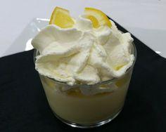 Vasos de crema de limón y nata