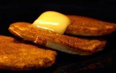 Pancake alla nutella - Ecco la ricetta per preparare i pancake alla nutella per una colazione in stile americano o per un brunch domenicale. Queste frittelle a base di farina, uova, burro e poco zucchero vengono servite con sciroppo d'acero ma anche con marmellata, frutta fresca o panna.