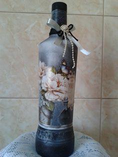 Decoração em garrafas. com barbantes, decoupagem, miçangas, tecidos, fitas, laços,pinturas,