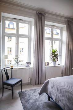 Inlägget innehåller reklam för alla möjliga märken men är inte sponsrat. (Vill bara vara tydlig men detta, och jag borde verkligen skriva ett inlägg om hur jag tänker kring att reklammärka blogginlägg). Länkar till alla produkter hittar ni längst ner i inlägget. Såhär ser det alltså ut när man kommer in genom dörren till höger. … Home Bedroom, Bedroom Decor, Room Interior, Interior Design, Living Room Decor Cozy, Home Staging, Interior Architecture, House Design, Decoration