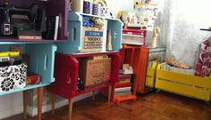 Depois de limpar, lixar e pintar as caixas, coloque pés de madeira e transforme-as em pequenas estantes  Foto: Do Pinterest do Le Modiste
