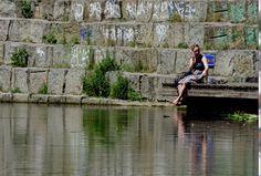 Relax - Schöne Frau am Ufer der Elster, Leipzig
