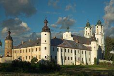 Niewielkie Sejny nad rzeką Marychą, dawna siedziba dominikanów, leżą zaledwie 13 km od granicy z Litwą i są znaczącym ośrodkiem mniejszości litewskiej w Polsce. W 1593 r. Jerzy Grodziński, założył tu miasto i w 1602 r. przekazał swoje włości wileńskim dominikanom, którzy zbudowali kościół i klasztor. Świątynia została wzniesiona na początku XVII w. w stylu renesansowym, od zachodu do kościoła przylega klasztor. Dzięki masywnym…