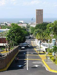 Paseo Peatonal Agusto C. Sandino, en el fondo se ve el antiguo Banco de América