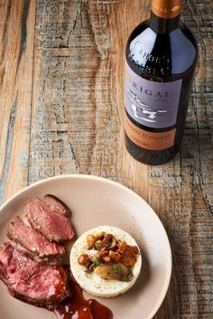 Découvrez cette recette de Rôti de biche sauce grand veneur, purée de panais, sautée de champignons des bois expliquée par nos chefs