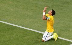 O capitão brasileiro aponta para o céu. 04/07/2014.