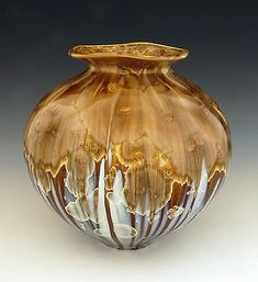 Pottery is elegant, diverse and quite the attractive addition to any part of your home. The kitchen is no exception as it can also benefit from the addition of pottery in a variety of ways. Raku Pottery, Pottery Plates, Glass Ceramic, Ceramic Bowls, Bill Campbell Pottery, Sculptures Céramiques, Ceramic Sculptures, Contemporary Vases, Round Vase