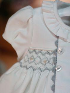 Detalle del vestido de punto smock y picunela