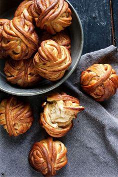Super leckere Zimtbälle aka Kanelbullar - Another! Baking Recipes, Cookie Recipes, Cinnamon Bun Cake, Yummy Drinks, Yummy Food, Sweet Bakery, Bread Bun, Dessert Bread, Food Inspiration