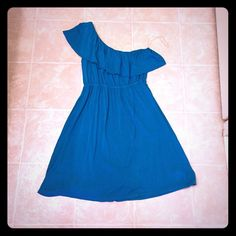 One shoulder teal dress! One shoulder teal dress! Has beautiful ruffle detail on the shoulder! Size medium! This dress has been worn before but still in great condition! Dresses One Shoulder
