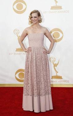 January Jones in een pastelkleurige jurk met retro-vibe.