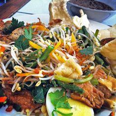 This Balinese dish is called nasi campur at Warung Yogya via Best Of Bali, Food Travel, Balinese, Dinner Recipes, Asian, Dishes, Eat, Ethnic Recipes, Holiday