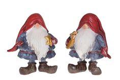 To tykke svenske Sprællenisser med stjerner i hænderne. De to figurer på ca. 13 cm i højden har et herligt udtryk som de står der med huerne ned over øjenen, så man kun kan se deres næse og lange hvide skæg. Nisserne er iført røde huer, blå trøje med bælte, stribene strømper,røde vanter og sto