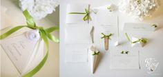 la purezza del bianco incontra la vivacità del verde...piramidi #portaconfetti
