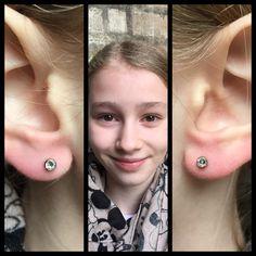 Lægens seje datter kom og fik piercet huller i ørene, fordi far og mor viste fra deres arbejde, at øre pistoler kan lave voldsomme skader ❤️💪🏾   Ses i dag hos Artistic på Vesterbro fra kl 11 og helt til kl 18!!