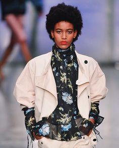 A @topshop criou um casaqueto com referências dos clássicos trench coats na #LFW. Nós adoramos a combinação com a blusa levinha por baixo. Foto: @agfotosite #ELLEnaLFW  via ELLE BRASIL MAGAZINE OFFICIAL INSTAGRAM - Fashion Campaigns  Haute Couture  Advertising  Editorial Photography  Magazine Cover Designs  Supermodels  Runway Models