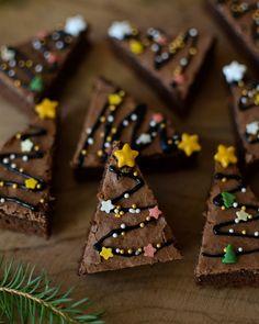 Baking for Christmas: Christmas Tree Brownies Easy Christmas Treats, Christmas Goodies, Holiday Treats, Christmas Baking, Brownie Packaging, Bakery Packaging, Christmas Breakfast, Christmas Mood, Christmas Tree Brownies