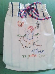 """création textile modèle unique, sac pour un cadeau de naissance, prénom et date de naissance brodés, broderie sur le thème """"la chasse aux papillons"""",  cordon en tricotin, doublure en coton rayé"""