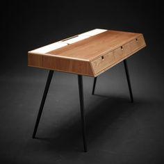 Le designer Manuel Barrera dessine un bureau en chêne et métal inspiré du design scandinave des années 50, alliant fonctionnalité et pureté des lignes.  ...