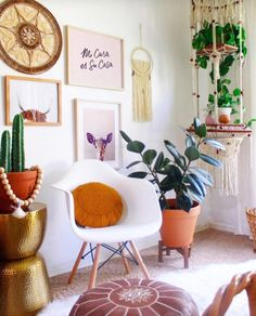 An interior stylist invites us into her airy bohemian home in Arizona. Get inspired by her colorful bohemian style home that's filled with plants. Home Decor Wall Art, Home Decor Bedroom, Diy Home Decor, Decor Crafts, Apartment Decoration, Bohemian Wall Art, Ikea, Decor Inspiration, Desert Homes