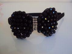 Tiara flexível forrada em cetim e laço bordado em contas de cristal  e strass. R$ 17,91