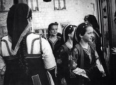 Λεύκωμα: ΜΕΤΣΟΒΟ. ΚΩΣΤΑΣ ΜΠΑΛΑΦΑΣ Greek Traditional Dress, Traditional Outfits, Great Photographers, Greek Costumes, Greece, Memories, Folklore, Projects, Fashion