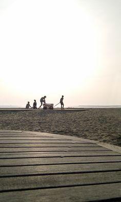 IJmuiden, mensen genieten van de rust, hebben plezier, of flaneren over het strand. Heerlijk om te vertoeven op rustige zomerdagen. Foto: Marcel van den Burg.