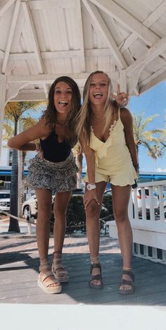 Girl Beach Pictures, Cute Friend Pictures, Best Friend Photos, Best Friend Goals, Friend Pics, Friend Poses Photography, Best Friend Outfits, Teen Girl Poses, Summer Outfits For Teens