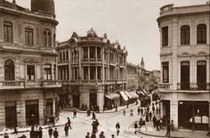 Postal n. 5, mostra as esquinas das ruas Direita e 15 de Novembro vistos a partir do Largo da Sé. O prédio do lado direito é da casa Baruel, na esquina das ruas a sede da Casa Lebre.