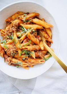 This Instant Pot Penne Bolognese recipe is what easy dinner dreams are made of! All made in one-pot at one time. Just a 5 minute cook time.AND using affordable ingredients that you probably already have in your pantry! This easy pasta with meat sauce is hearty, delicious, and budget friendly.My best tip: use a goooood jar of marinara sauce. The marinara sauce takes this recipe from not just and easy meal to a FANTASTIC meal. Do you have an absolute favorite store-bought marinara?… Pastas Recipes, Quick Recipes, Soup Recipes, Baking Recipes, Dinner Recipes, Bolognese Sauce, Pasta With Meat Sauce, Beef Pasta, Pizza