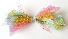 Idea: junta varios trozos de cinta para formar un precioso lazo! Via blog.fiestafacil.com / Idea: make a bow with scraps of ribbon! Via blog.fiestafacil.com