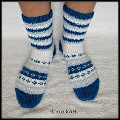 Ponožky 0117 Bezešvé ponožky, pletené z nové, kvalitní příze zn. LADA. Vzhledem k tomu, že pří vyplétání vzorečků jsou protahovány vždy dvě příze najednou, jsou ponožky vlastně dvojité, takže VELMI teplé! Velikost : 39-40. Na vaše přání upletu i jinou velikost.