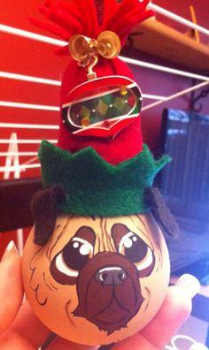 modèle: Chien-Pug  Décoration de Noël réalisée à partir d'objets recyclés Pour commander: https://www.facebook.com/LesFantaisiesdeMamzelleSofy