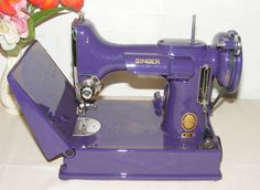 I love purple!!!   AWESOME Vintage Sewing Machine Singer Featherweight 221 Purple