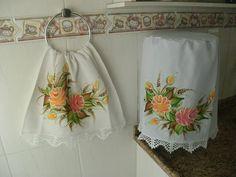Kit de cozinha com capa para galão e pano de prato com pintura. Os dois itens com a mesma pintura, um conjunto lindo para a sua cozinha! Pano de prato: 0,71x0,45 Capa de galão: medida padrão para galão de 20 litros.