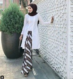 Dress Brokat Batik Simple 24 Ideas For 2019 Kebaya Lace, Batik Kebaya, Kebaya Dress, Batik Dress, Model Kebaya Brokat Modern, Kebaya Modern Hijab, Kebaya Hijab, Model Kebaya Muslim, Kebaya Simple