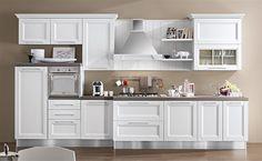 Perfetta per ambienti aperti, Ginevra è la risposta concreta alle tue esigenze di arredamento. Bella fuori e funzionale dentro, è caratterizzata da ante con telaio, vetrinette decorative, ampi cassettoni e modularità degli elementi.