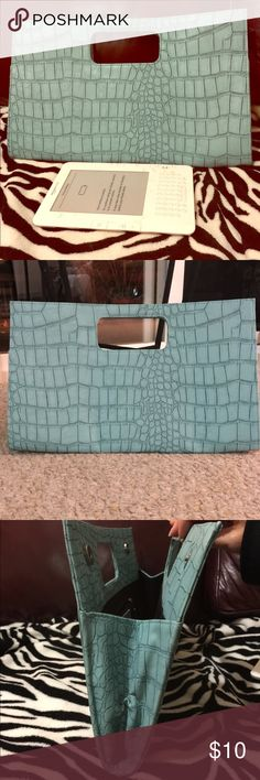 💼Portfolio purse Portfolio purse in mint green. Reptile design 15 L x 9 H. See pic for Width. Giannini Bags Cosmetic Bags & Cases