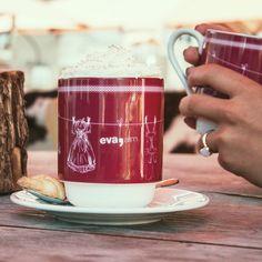 Aber dann holen wir dieses schöne Gefühl nach und lassen uns die heiße Schoko, den Tee oder Glühwein erst richtig schmecken. Denn Vorfreude ist bekanntlich die schönste Freude ;) Auf der Sonnenterasse der eva,ALM in SAalbach lässt sich das winterliche Treiben im Ort gut beobachten. Glühwein, Heiße Schokolade, Tee oder KAffee und Kuchen oder Kekse. Einfach die perfekte Begleitung für eine Pause zum Aufwärmen an einem Skitag im Skigebiet Saalbach Hinterglemm Leogang Fieberbrunn. #evamoments Pause, Beverages, Mugs, Tableware, Food, Hot Chocolate, Glee, Simple, Nice Asses