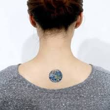 What does earth tattoo mean? We have earth tattoo ideas, designs, symbolism and we explain the meaning behind the tattoo. Foot Tattoos, Body Art Tattoos, Small Tattoos, Erde Tattoo, Globe Tattoos, Detailed Tattoo, Geniale Tattoos, World Tattoo, Tattoo Outline